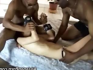 orgazm-pri-skreshennih-nogah